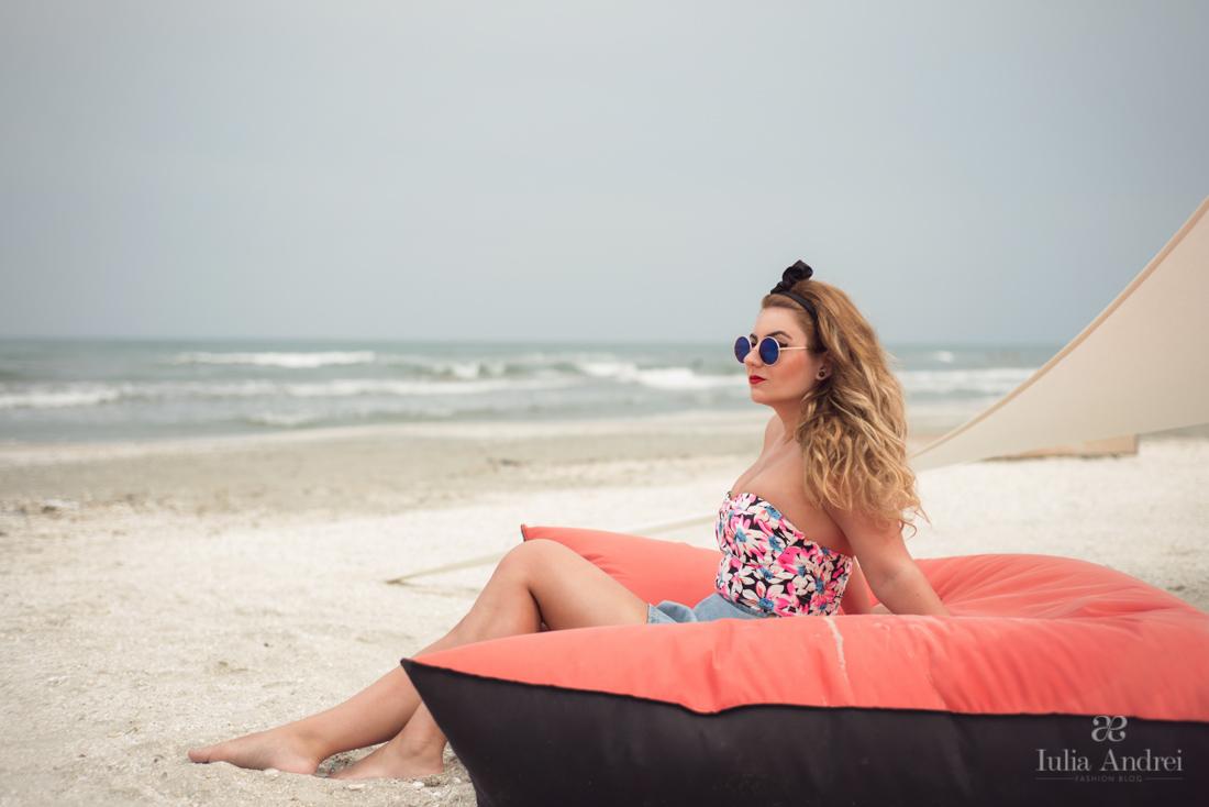tinuta de plaja top crop roz floral print choies fusta din blugi iulia andrei fashion blog