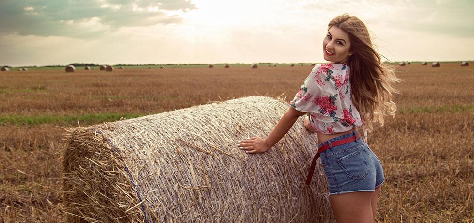 Crop top abaday cu floral print si pantalonii blugi scurti cu talie inalta iulia andrei fashion blog