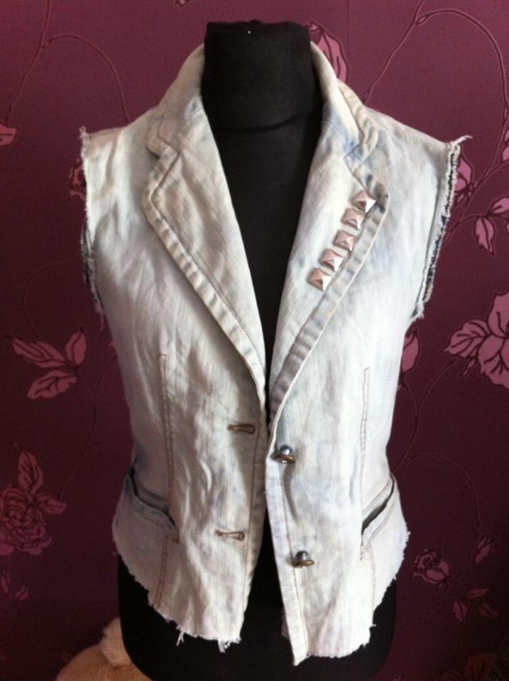 geaca de blugi modificata in vesta de blugi decolorata iulia andrei fashion blog
