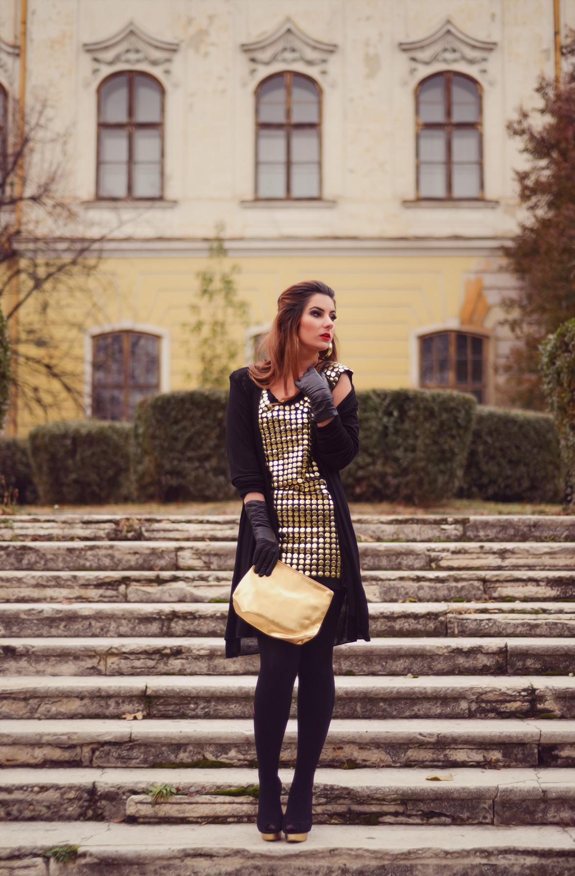 Rochie cu aplicații metalice aurii