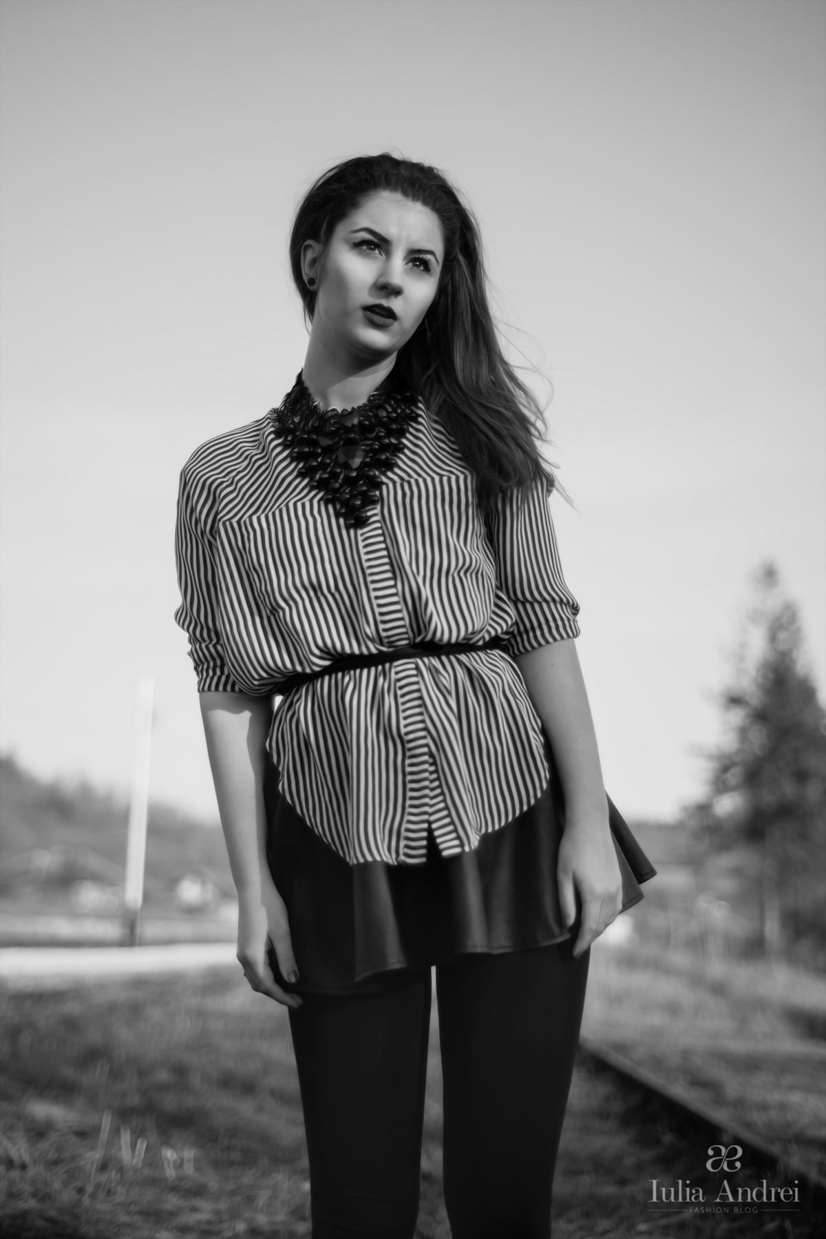 tinuta camasa in dungi alb negru si fusta din piele pliata iulia andrei fashion blog