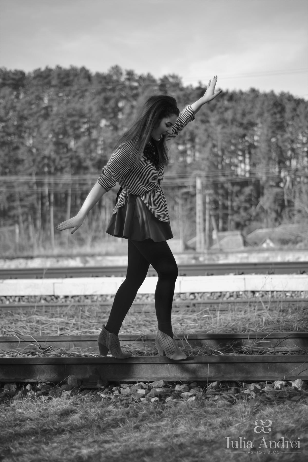 tinuta camasa cu dungi alb negru si fusta din piele pliata iulia andrei fashion blog