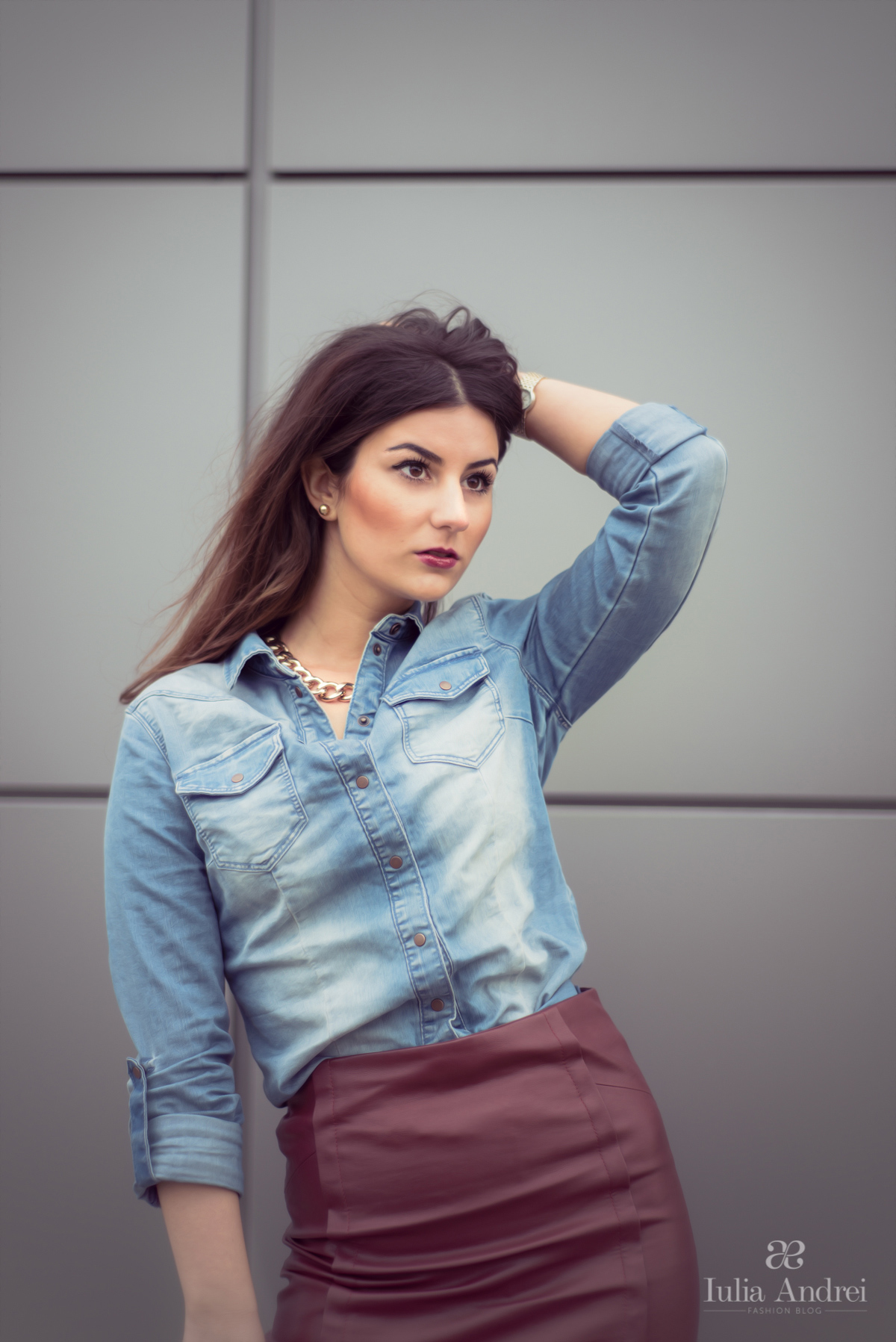 tinuta fusta din piele stilou  burgundy si camasa din blugi iulia andrei fashion blog