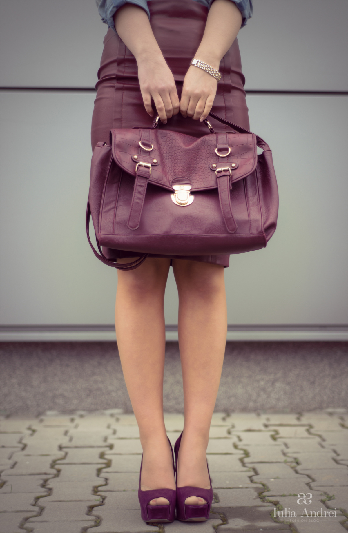 tinuta fusta din piele stilou din piele burgundy si camasa din blugi iulia andrei fashion blog