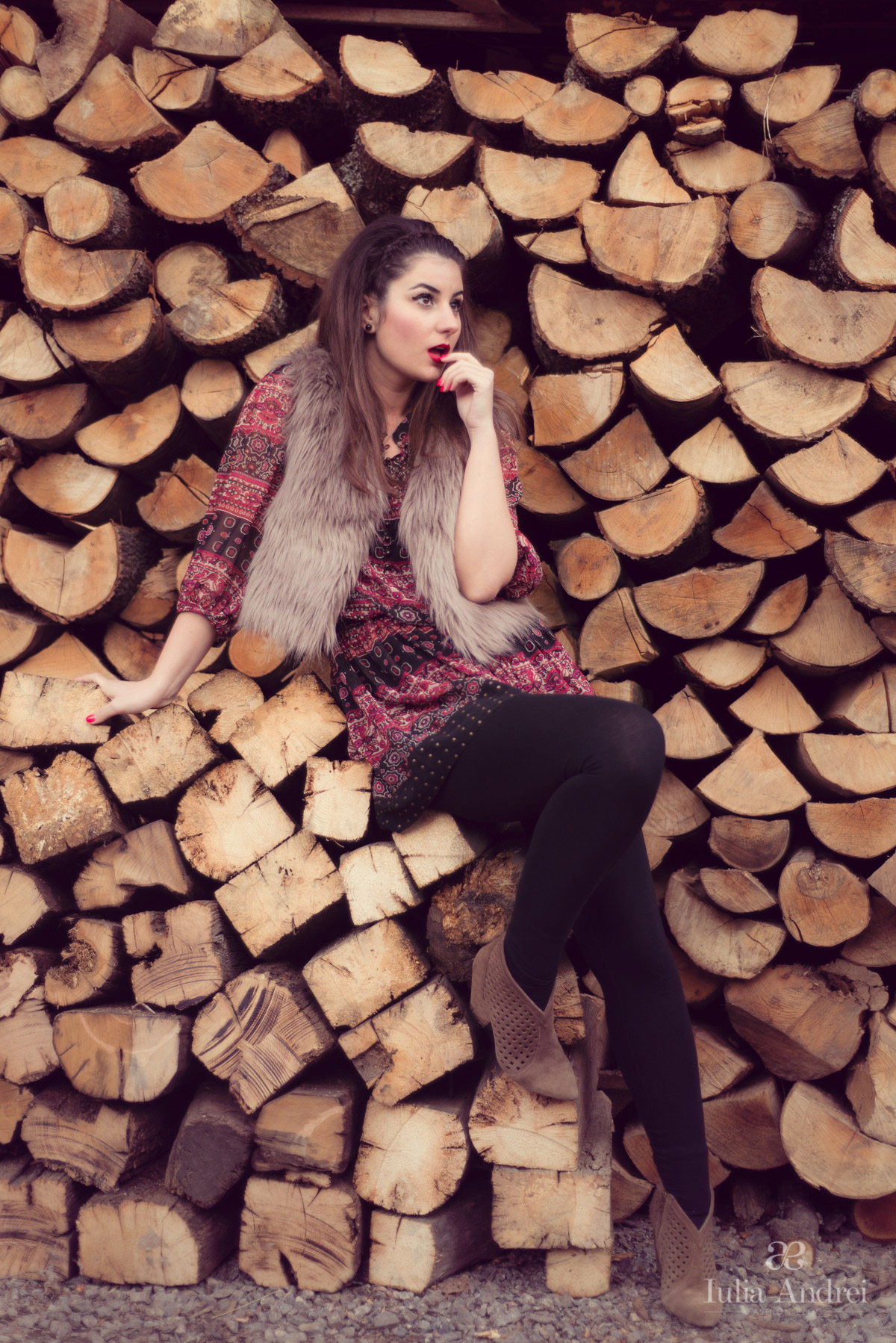 tinuta vesta din blana bej crem si rochie cu imprimeu iulia andrei fashion blog