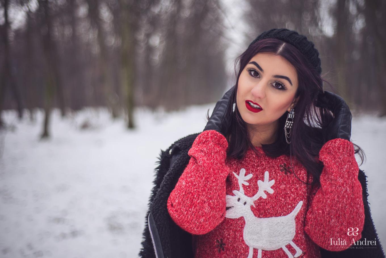 Ce articole de imbracaminte purtam iarna, pulover tricotat rosu cu imprimeu de iarna Iulia Andrei Fashion Blog