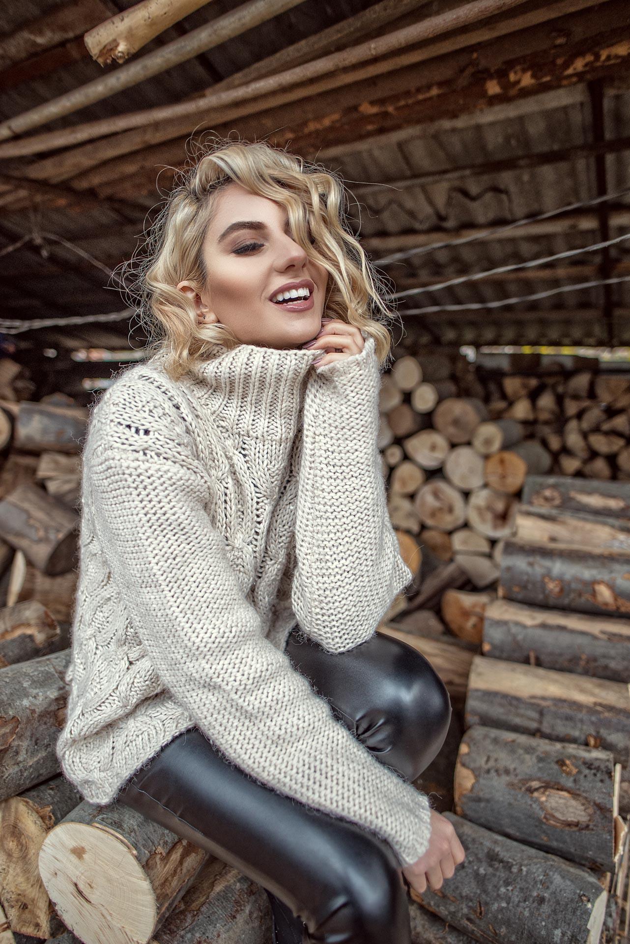 Puloverul tricotat in tinute calduroase