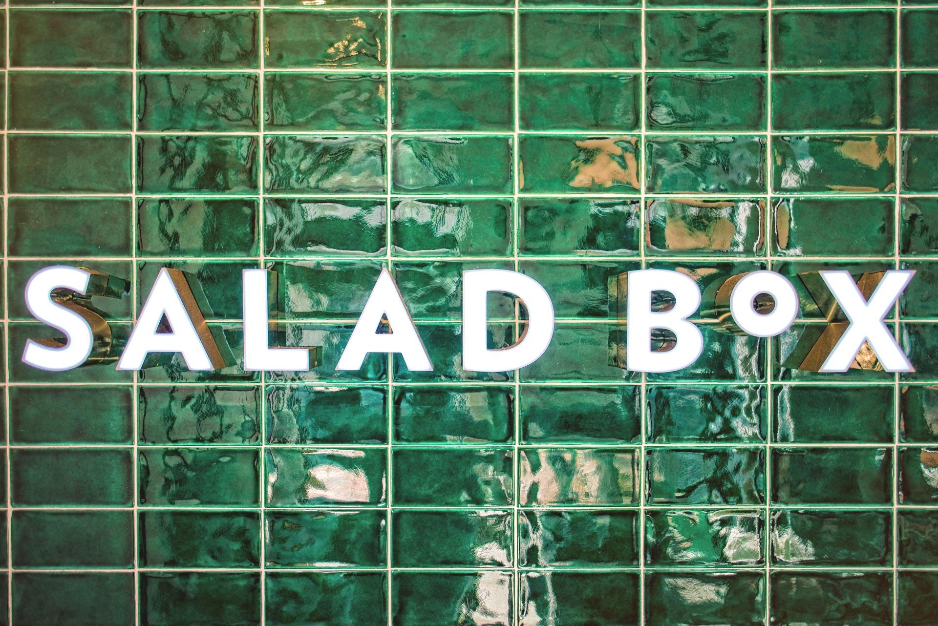 Logo luminat la Salad Box Oradea Republicii